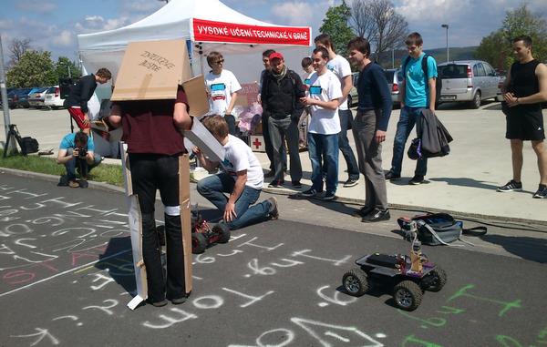 TechRobot1, TechRobot2 a MasoRobot3 v úspěšné štafetě! Malý robůtek měl problém a sjel z trasy, ale poté se vrátil a závod úspěšně dokončil ;-)