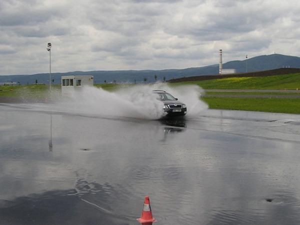 """Vjetí 50 km/h se ještě dalo. 70-80 km/h by bylo už docela riskantní. Kola se vznášejí """"nad"""" vozovkou. Důležité jsou neojeté gumy s hlubokým vzorkem."""
