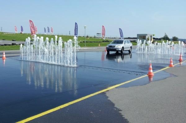 Úkolem bylo se vyhnout vodním stěnám. Jen pár km/h navíc dělalo v reakční době a zvladatelnosti zatočení DIVY.