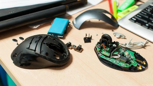 Detail rozložení i s masivní baterkou a všemi spínači.